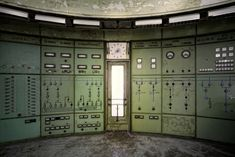 Urban exploration: 30 hauntingly beautiful images of abandoned power plants Abandoned Buildings, Abandoned Places, Facebook Book, Urban Exploration, Plant Design, Control Panel, Science And Nature, Beautiful Images, Architecture