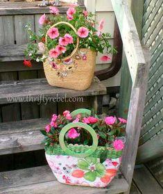 Turn thrift store purses into planters (The Thrifty Rebel) Vasos Vintage, Store Purses, Plant Bags, Pot Jardin, How To Make Purses, Wicker Purse, Deco Floral, Diy Garden Decor, Garden Decorations