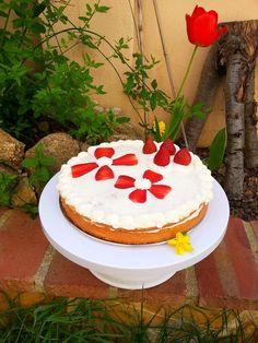 Como Tartas para Chocolate: Tarta de Nata con Fresas Descubre esta rica y sencilla receta en el Blog :D