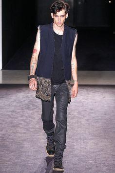 """Pasarela: """"Huellas del tiempo y memorias"""" @Maison ecologique Martin Margiela #Menswear SS14. http://www.vogue.mx/desfiles/primavera-verano-2014-paris-maison-martin-margiela-menswear/7106"""