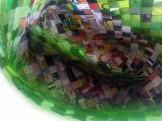- ReCyklisten: Grøn skillevæg. indeni er den grønne taske delt op i to // skillerum der ikke er set før i de flettede tasker // nyt opfindelse håndlavet genbrug candywrapper Inside the bag is divided into two // it's a new braided invention // handmade upcycling recycling