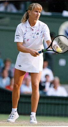Former tennis player Gabriela Sabatini of Argentina (left ...