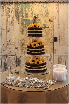 How sweet is this sunflower 'naked' cake? #rusticweddings #weddingcakes