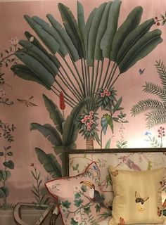 Papier-peint (De Gournay) such pretty wallpaper. Vintage feel to this one. Green and white Frühling Wallpaper, Spring Wallpaper, Fall Home Decor, Cheap Home Decor, Surf Decor, Wall Decor, Entryway Decor, Designer Wallpaper, Home Decor Accessories