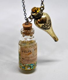 Collana pozione Felix Felicis ispirata ad Harry Potter. Felix Felicis necklace inspired by Harry Potter, glass bottle, charms and bronze chain