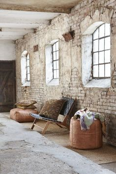 Here I am again to give you some amazing decor tips, this time about western living rooms. Loft Interior, Danish Interior, Brick Interior, Modern Interior, Living Room Decor, Living Spaces, Living Rooms, White Brick Walls, Orange Brick