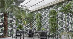 O hotel possui vários ambientes com vegetação e iluminação
