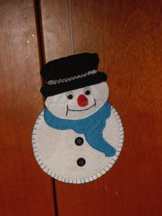 Snowman ornament made with a recycled cd. Muñeco de nieve realizado con un cd reciclado.