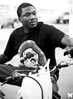Meek Mill, de son vrai nom Robert Rahmeek Williams, est un rappeur américain d'origine Bamiléké et Haïtienne signé sur le label fondé par Rick Ross, Maybach Music. Ce protagoniste il est fort.
