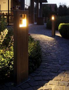 """bornes de jardin grand format de design élégant pour """"baliser"""" l'allée de jardin log 70 royal botania"""