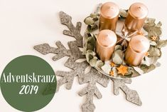 DIY - Adventskranz 2019 | The Nina Edition - The Nina Edition Place Cards, Place Card Holders, Table Decorations, Berlin, Diy, Home Decor, Light Chain, Xmas Trees, Crown Cake