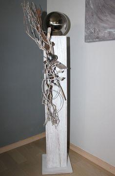 GS37 - Große Dekosäule aus neuem Holz für Innen und Aussen! Weiß gebeizt, natürlich dekoriert mit einer großen Edelstahlkugel, Edelstahlherz und Weinrebenzweig! Preis 79,90€