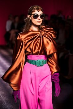 Lavish colour pairings and luxurious giant satin bows at Schiaparelli Haute Couture Colorful Fashion, Modern Fashion, High Fashion, Luxury Fashion, Fashion Show, Fashion Outfits, Womens Fashion, Fashion Trends, Clueless Outfits