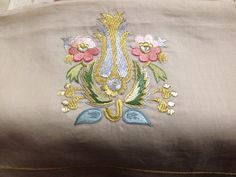 türk işi Embroidery Suits, Crewel Embroidery, Hand Embroidery Designs, Ribbon Embroidery, Machine Embroidery, Brazilian Embroidery, Ribbon Art, Gold Work, Embroidered Flowers