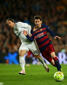 Lionel Messi of FC Barcelona battles for the ball with Luka Modric of Real Madrid CF during the La Liga match between FC Barcelona and Real Madrid CF at Camp Nou on April 2, 2016 in Barcelona