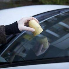 Verlies geen tijd door je ruiten te ontdooien en giet er zeker geen warm water over: dat veroorzaakt barstjes! Wrijf vanavond gewoon met een aardappel over je voorruit en de buitenkant zal niet meer bevriezen.