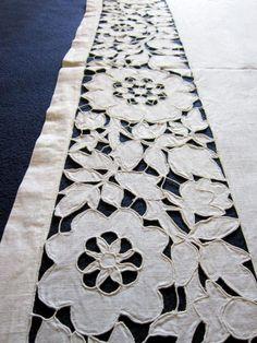 Отличная вышивка ришелье, очень красиво и аккуратно. Размер 146 х 57,5 см, ширина ришелье 14 см. Тонкий лен.