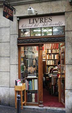 A Paris, la librairie du Camée, rue Saint André des Arts vous fait découvrir des livres d'hier et d'aujourd'hui sur les arts métiers ainsi que sur les arts décoratifs.