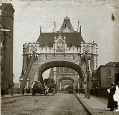 The former Bridgekeeper's House on Tower Bridge, circa 1900 London England Old Pictures, Old Photos, Vintage Photos, Victorian London, Vintage London, Victorian Era, London History, British History, London England