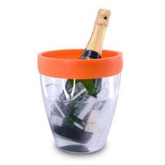 De transparante acryl koel emmer is zeer licht, praktisch en sterk, en is ideaal voor de horeca. Het is de eerste koel emmer met een silicone rand om de fles te vangen en druipen te elimineren wanneer de fles wordt verwijderd uit de emmer, € 24,95.