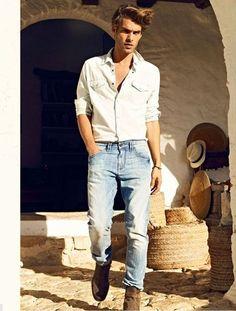 Acheter la tenue sur Lookastic:  https://lookastic.fr/mode-homme/tenues/chemise-en-jean-blanc-jean-bleu-clair-bottines-chelsea-en-daim-brun/2478  — Chemise en jean blanc  — Jean bleu clair  — Bottines chelsea en daim brunes