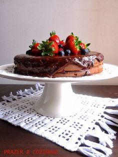 PRAZER A COZINHAR: Bolo de chocolate com recheio de frutos vermelhos