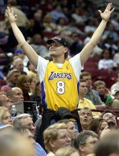 O ator Leonardo DiCaprio comemora a vitória do Los Angeles Lakers sobre o  Minnesota Timberwolves 1b832a3bf