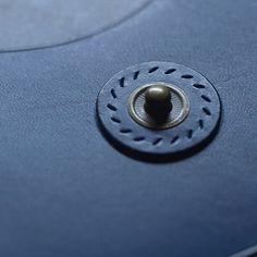 久しぶりにアンティーク色のホックを使ってみる #レザークラフト #ハンドクラフト #leathercraft #leather #ブッテーロ #手縫い #アンティーク #単焦点レンズ