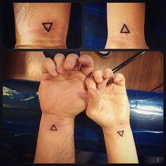 Teeny-tiny triangles, a cute couples tattoo for a walk-in. Thanks guys! #upstatetattoo #okeefeink #geometry #triangle #wristtattoo #couples #adorbs #twinsies #teenytiny #needamicroscope