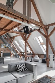 Les architectes polonais de l'agence Cuns studio sont intervenus pour réaliser la transformation de vieux greniers en un magnifique loft dans la ville de P