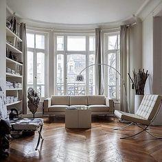 Parisian style! Ecco il #mood di questo venerdì… perché in questi ambienti si respira l'essenza del gusto francese, l'innata eleganza e un glamour senza tempo! Buon #weekend a tutti! . . . #PaolaMarella #home #homedecor #design #homedesign #arredamento #paris #parisienne #parisdesign #lifestyle #life #love #friday Ph Pinterest