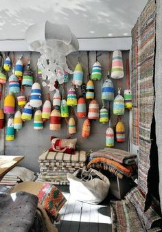 Déco et couvertures en un seul exemplaire Jellyfish Light, Deco Marine, Seaside Style, Beach Crafts, Wood Lathe, Colorful Decor, Interior Inspiration, Decoration, House Styles