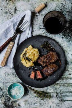 Rotwein-Kräuter-Rind mit Kartoffel-Sellerie-Knoblauch-Butter-Püree | GourmetGuerilla.de