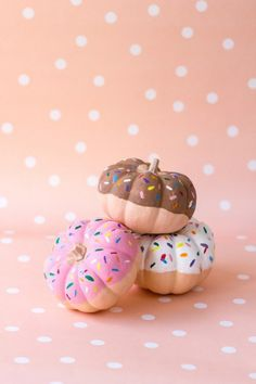 These no-carve donut pumpkins are SO adorable. Save this easy DIY Halloween painting project to make a set. These no-carve donut pumpkins are SO adorable. Save this easy DIY Halloween painting project to make a set. Diy Deco Halloween, Fröhliches Halloween, Holidays Halloween, Halloween Decorations, Pumpkin Decorations, Halloween Donuts, Halloween Painting, Halloween Parties, Zucca Halloween