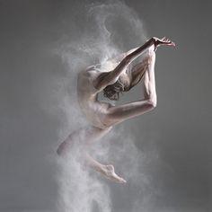 """Quoi de mieux que la danse pour exprimer un sentiment ou une émotion ? L'artiste russe Alexander Yakovlev met en scène des danseurs, sur le thème """"Danseurs et farine"""". Grâce aux gestes et à la soupl..."""