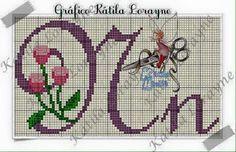 Alfabeto completo Maiúsculos e minúsculo. Créditos nas imagens de quem criou. Letras ponto cruz com botões de rosas