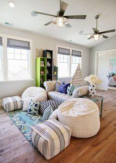 Tira los cojines al suelo y crea un área de relajo. Juega con tus hijos a ras de piso y usa cojines para que se sientan más cómodos.