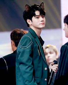 "옹성우 (@ong.101) trên Instagram: ""kitty ong is back?  ㅡ 171229; @ SBS Gayo Daechukje © seongwu825 #seongwu #ongseongwoo #워너원…"""