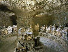 Etrüsk Mezarı..Etrüsk kavminin oluşumunda Batı Anadolu dan göç eden Troyalılar,ın önemli bir yeri olmuştur.İtalya da bulunan Troyalılar ve Sakalar karışıp kaynaşarak Etrüsk ler denilen Türk kavmini meydana getirmiştir.