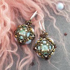 На этих крошках сломала 4 иголки!!!По две на каждую... Зато получились,на мой взгляд, аристократичные бусины с мятными кристаллами😊. Но самое приятное,это то,что они уже забронированы😏🎉 #dinapetukhova_jewelry ________________________________ #jewelry #artjewelry #handmade #designer #design #minsk #belarus #novopolotsk #бисерминск #бисер #swarovski #украшение #украшенияручнойработы #бисероплетение #свадьба #выпускной #серьги #greenbird #greenbird_ru #минскукрашения #минск #полоцк…
