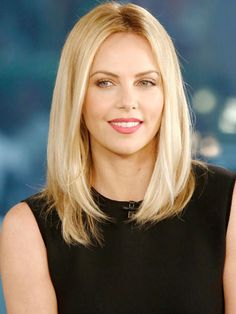 #CharlizeTheron shows off this classic sleep shoulder length 'do that any woman should try! #BestHair2012
