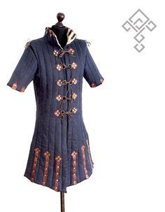 Simple leather edge details, again big collar Medieval Costume, Medieval Armor, Medieval Dress, Medieval Clothing, Concept Clothing, Larp Armor, Armadura Medieval, Armor Concept, Fantasy Costumes