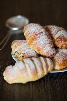 Эти красивые булочки такие вкусные, что хочется назвать их пирожные, чем булочки:) В интернете пишут, что автор рецепта Наташа c клуб кулинаров (спасибо ей!). Рецепт…