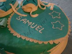 Torta con bavaglino e scarpine http://dolcizia.blogspot.it/2014/08/torta-con-bavaglino-e-scarpine.html
