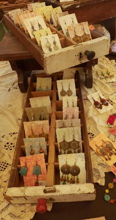 Awesome earring display idea - shallow drawers with separators, and earring pairs on little cards (wallpaper scraps) Vintage compartment drawers that I use as earring displays. Stall Display, Display Boxes, Storage Boxes, Storage Ideas, Jewelry Booth, Craft Fair Displays, Craft Booths, Craft Stalls, Earring Display