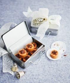 Dárky, které jsou vlastnoručně s láskou vyrobené, krásně zabalené a navíc se dají sníst, potěší hned třikrát Xmas Gifts, Diy And Crafts, Container, Presents, Sweets, Fresh, Food, Cakes, Christmas
