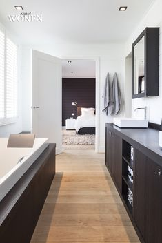 Stijlvol Wonen: het magazine voor warm-hedendaags wonen - ontwerp: Mi Casa - #badkamer #blackwhite #