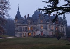 55 minutes from Paris by the TGV (fast train), the Château de la Bourdaisière offers 17 rooms and 3 apartments, a heated swimming pool and a tennis court.