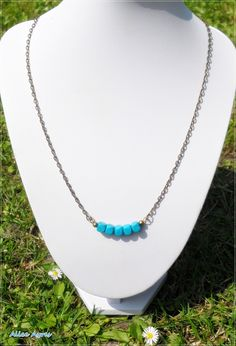 Collier mi-long perles en bois turquoise : Collier par alice-ayres