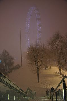 London: London Eye Snowy London: London Eye- now I want to go back in the winter!Snowy London: London Eye- now I want to go back in the winter! London Eye, Places To Travel, Places To See, Living In London, Winter Scenery, England And Scotland, Winter Wonder, Nocturne, London England